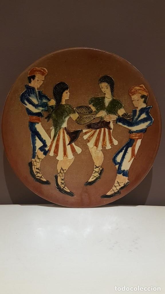 ANTIGUO PLATO EN TERRACOTA, SARDANAS, FIRMADO PUIGDEMONT, 31 CM. DIAMETRO, TAL CUAL SE VE. (Antigüedades - Porcelanas y Cerámicas - La Bisbal)