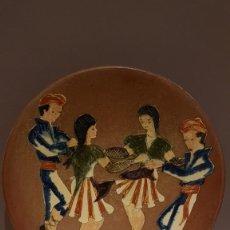 Antigüedades: ANTIGUO PLATO EN TERRACOTA, SARDANAS, FIRMADO PUIGDEMONT, 31 CM. DIAMETRO, TAL CUAL SE VE.. Lote 151531498