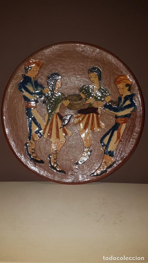 Antigüedades: ANTIGUO PLATO EN TERRACOTA, SARDANAS, FIRMADO PUIGDEMONT, 31 cm. DIAMETRO, TAL CUAL SE VE. - Foto 2 - 151531498