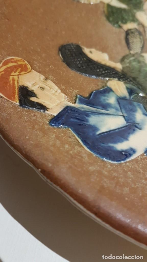 Antigüedades: ANTIGUO PLATO EN TERRACOTA, SARDANAS, FIRMADO PUIGDEMONT, 31 cm. DIAMETRO, TAL CUAL SE VE. - Foto 3 - 151531498