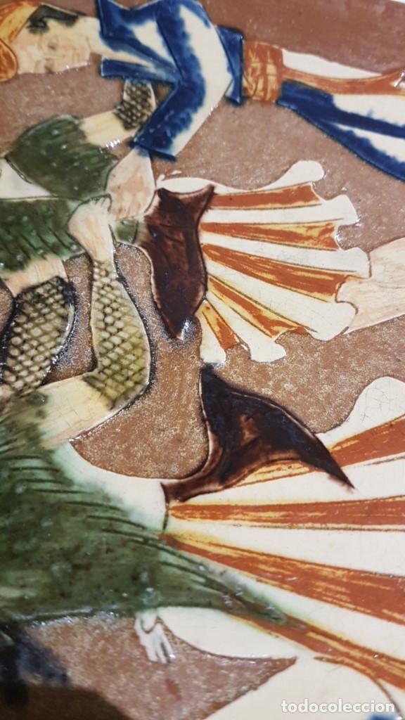 Antigüedades: ANTIGUO PLATO EN TERRACOTA, SARDANAS, FIRMADO PUIGDEMONT, 31 cm. DIAMETRO, TAL CUAL SE VE. - Foto 5 - 151531498