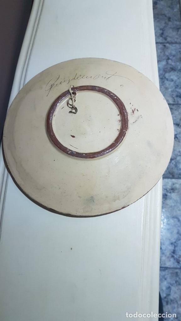 Antigüedades: ANTIGUO PLATO EN TERRACOTA, SARDANAS, FIRMADO PUIGDEMONT, 31 cm. DIAMETRO, TAL CUAL SE VE. - Foto 8 - 151531498