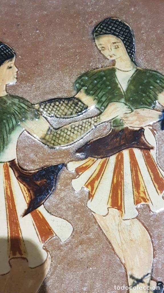 Antigüedades: ANTIGUO PLATO EN TERRACOTA, SARDANAS, FIRMADO PUIGDEMONT, 31 cm. DIAMETRO, TAL CUAL SE VE. - Foto 12 - 151531498