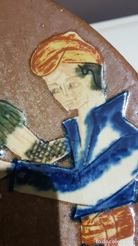 Antigüedades: ANTIGUO PLATO EN TERRACOTA, SARDANAS, FIRMADO PUIGDEMONT, 31 cm. DIAMETRO, TAL CUAL SE VE. - Foto 13 - 151531498
