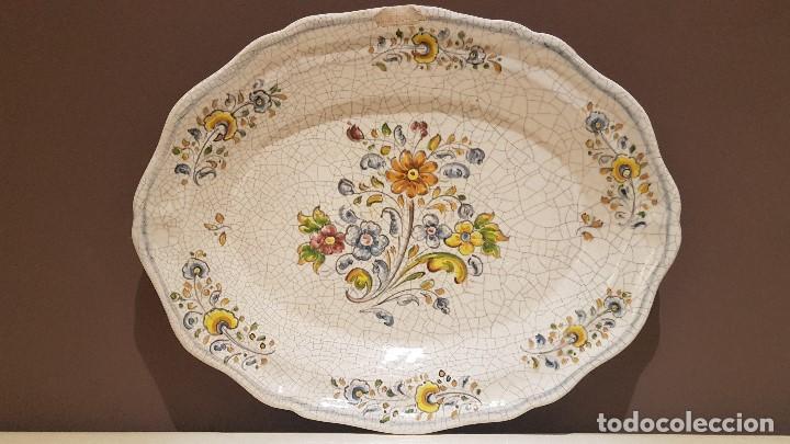 ANTIGUA FUENTE DE TALAVERA FIRMADA POR L.S., TAL CUAL SE VE, DE 39 X 30´5 CM. (Antigüedades - Porcelanas y Cerámicas - Talavera)