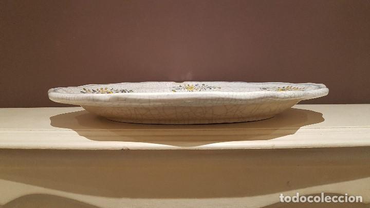 Antigüedades: ANTIGUA FUENTE DE TALAVERA FIRMADA POR L.S., TAL CUAL SE VE, DE 39 X 30´5 cm. - Foto 2 - 151537114