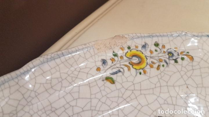 Antigüedades: ANTIGUA FUENTE DE TALAVERA FIRMADA POR L.S., TAL CUAL SE VE, DE 39 X 30´5 cm. - Foto 3 - 151537114
