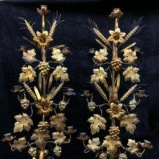 Antigüedades: PAREJA DE CANDELABROS DE LATON DORADO. Lote 151537378