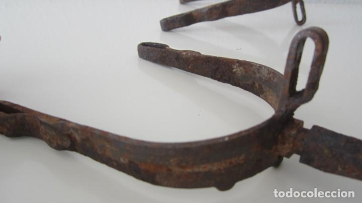 Antigüedades: PAREJA DE ANTIGUAS ESPUELAS DE CABALLO EN HIERRO FORJADO - Foto 9 - 151587962