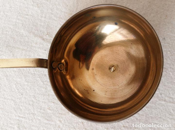 Antigüedades: CUCHARON CAZO DE LATON. 22 CM LARGO. 8,5 CM DIAMETRO. VER FOTOS Y DESCRIPCION - Foto 4 - 151616558