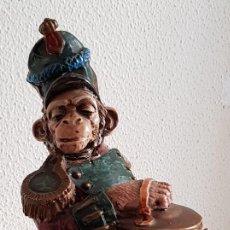Antigüedades: FIGURA DE PORCELANA. MONO MÚSICO.. Lote 151635398