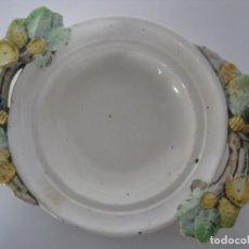 Antigüedades: PLATO DE CERAMICA ESMALTADO CON ADORNOS VEGETALES TALLADOS EN LAS ASAS. Lote 151642562