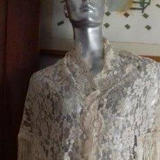 Antiquitäten - ANTIGUO CHAL DE PICO DE ENCAJE COLOR CHAMPAN, CON FLECOS. - 151653622