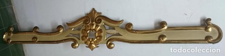 Antigüedades: Antiguo cortinero, galería de madera dorada al oro fino. Original Reina Ana. Siglo XVIII. 190x38x10 - Foto 2 - 149594734