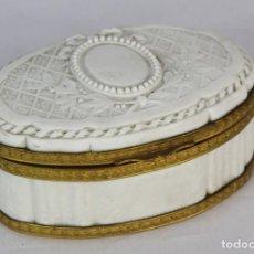 Antigüedades: BELLA CAJA DE PORCELANA BISCUIT, PORCELANA SEVRES. FRANCIA S XIX, BRONCE ORMULÚ, BAÑO DE ORO. JOYERO. Lote 151710846