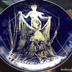 Antigüedades: BONITO PLATO EN PORCELANA DE LIMOGES , SALVADOR DALÍ . CERÈMONIE SECRÈTE 1.967. Lote 151726182