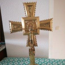Antigüedades: CRUZ DE SOBREMESA DE LATON. Lote 151756637