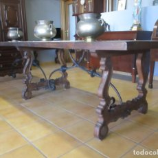 Antigüedades: GRAN MESA ESTILO BARROCO - SOBRE DE UNA PIEZA EN MADERA DE ROBLE - 3 PATAS DE LIRA -HIERROS FORJADOS. Lote 151855790