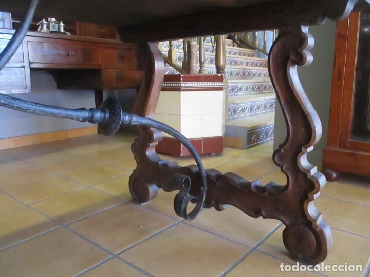 Antigüedades: Gran Mesa Estilo Barroco - Sobre de una Pieza en Madera de Roble - 3 Patas de Lira -Hierros Forjados - Foto 8 - 151855790