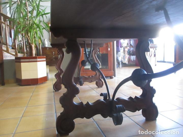Antigüedades: Gran Mesa Estilo Barroco - Sobre de una Pieza en Madera de Roble - 3 Patas de Lira -Hierros Forjados - Foto 12 - 151855790