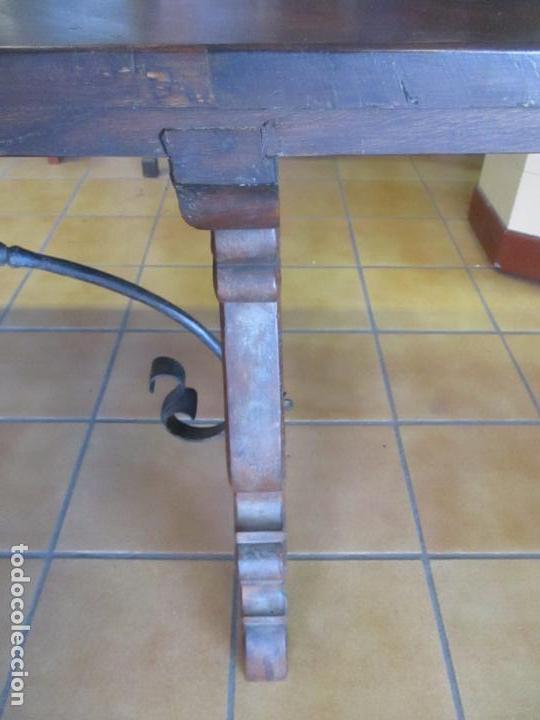 Antigüedades: Gran Mesa Estilo Barroco - Sobre de una Pieza en Madera de Roble - 3 Patas de Lira -Hierros Forjados - Foto 15 - 151855790