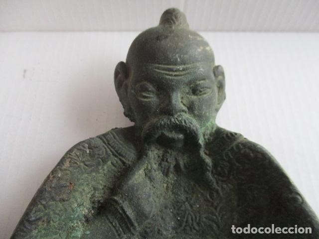 Antigüedades: Cenicero macizo de bronce con forma de sabio chino en relieve. 15 x 10,5 cm. - Foto 2 - 151869678