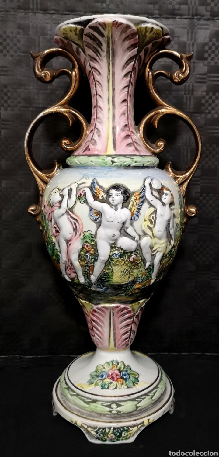 ELEGANTE JARRÓN FRANCÉS NÚM. DE SERIE 156 DE FIORENTINI EN PORCELANA CON RELIEVES DE ÁNGELES (Antigüedades - Hogar y Decoración - Jarrones Antiguos)