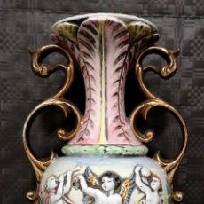 Antigüedades: ELEGANTE JARRÓN FRANCÉS NÚM. DE SERIE 156 DE FIORENTINI EN PORCELANA CON RELIEVES DE ÁNGELES. Lote 151871258