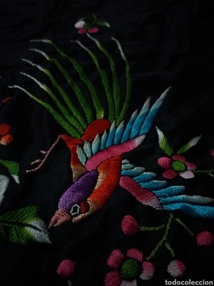 Antigüedades: Antiguo manton de Manila de seda negra bordado de colores - Foto 2 - 151905642