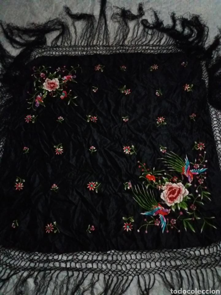 Antigüedades: Antiguo manton de Manila de seda negra bordado de colores - Foto 6 - 151905642