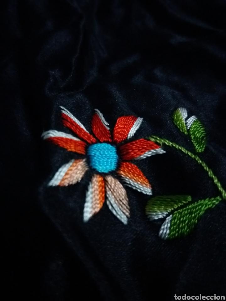 Antigüedades: Antiguo manton de Manila de seda negra bordado de colores - Foto 8 - 151905642