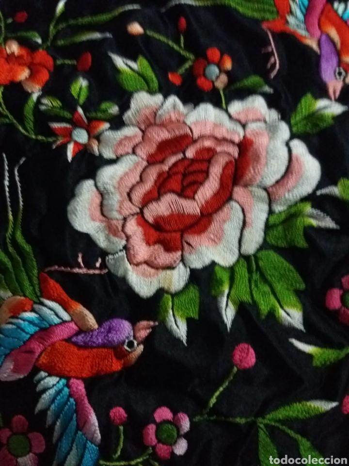 Antigüedades: Antiguo manton de Manila de seda negra bordado de colores - Foto 9 - 151905642