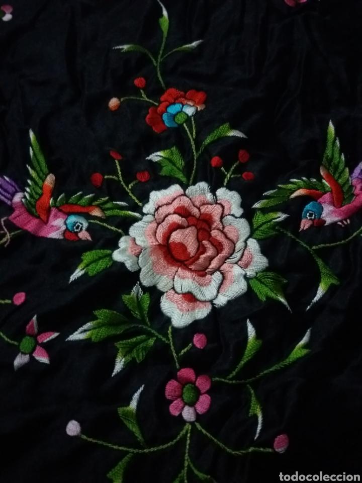 Antigüedades: Antiguo manton de Manila de seda negra bordado de colores - Foto 10 - 151905642