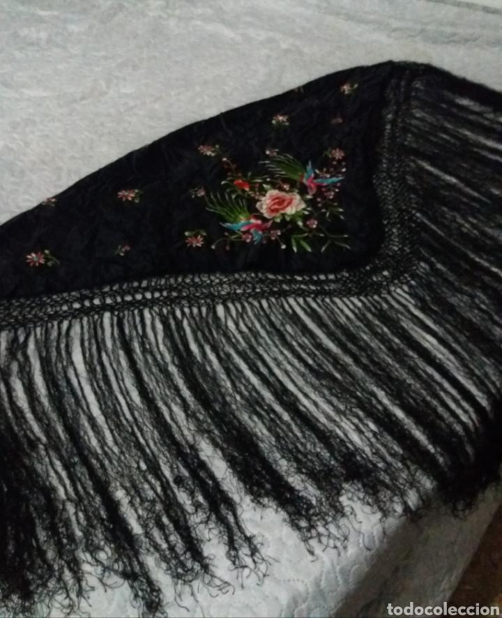Antigüedades: Antiguo manton de Manila de seda negra bordado de colores - Foto 11 - 151905642