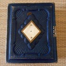 Antigüedades: ANTIGUO ALBUM FOTOGRAFIAS - DECORADO CON HUESO Y METAL - 12 X 15 X 4.5 CMS. Lote 151962974