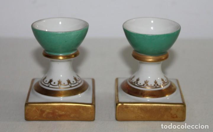 PAREJA DE HUEVERAS EN PORCELANA ESMALTADA Y DORADA - PRINCIPIOS DEL SIGLO XX (Antigüedades - Porcelanas y Cerámicas - Otras)