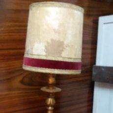 Antiguidades: LAMPARA DORADA AL PAN DE ORO Y PANTALLA DE PIEL NATURAL Y TERCIOPELO.. Lote 152039862