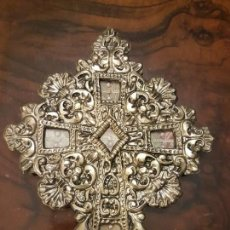 Antigüedades: ANTIGUO CRUCIFIJO RELICARIO DE LATÓN REPUJADO EN DORADO CON 5 RELIQUIAS. Lote 151902710