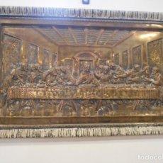 Antigüedades: CUADRO DE SANTA CENA DE RELIEVE EN PLACA METÁLICA. Lote 152137590
