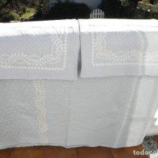 Antigüedades: COLCHA REVERSIBLE AZUL Y BLANCA DE MUY BUENA CALIDAD. Lote 152161102