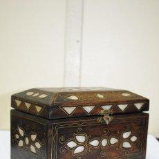 Antigüedades: CAJA ANTIGUA DE MADERA NOGAL Y NÁCAR. Lote 152175150