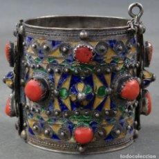 Antigüedades: PULSERA BRAZALETE EN PLATA CON CORAL Y ESMALTES NEPAL PRINCIPIOS DEL SIGLO XX. Lote 152184066