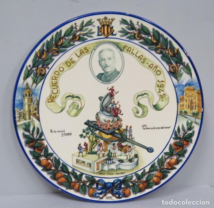 IMPORTANTE PLATO DEDICADO AL GOBERNADOR CIVIL DE VALENCIA. FALLAS 1942. PINTADO POR CHITO. MANISES (Antigüedades - Porcelanas y Cerámicas - Manises)