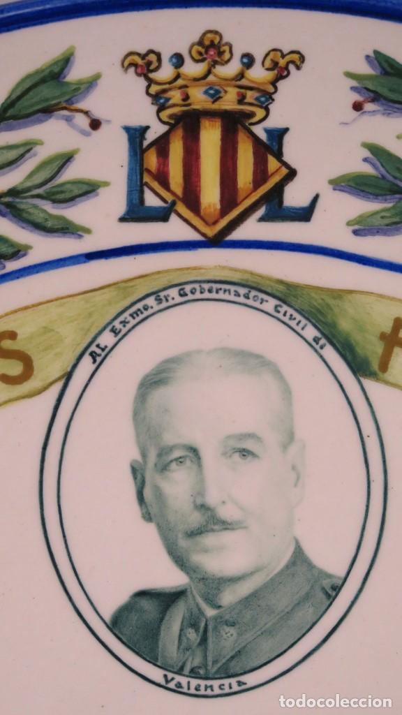 Antigüedades: IMPORTANTE PLATO DEDICADO AL GOBERNADOR CIVIL DE VALENCIA. FALLAS 1942. PINTADO POR CHITO. MANISES - Foto 6 - 152216006