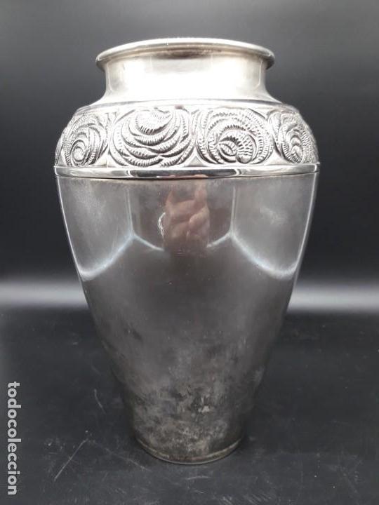 FLORERO DE METAL PLATEADO (Antigüedades - Hogar y Decoración - Floreros Antiguos)