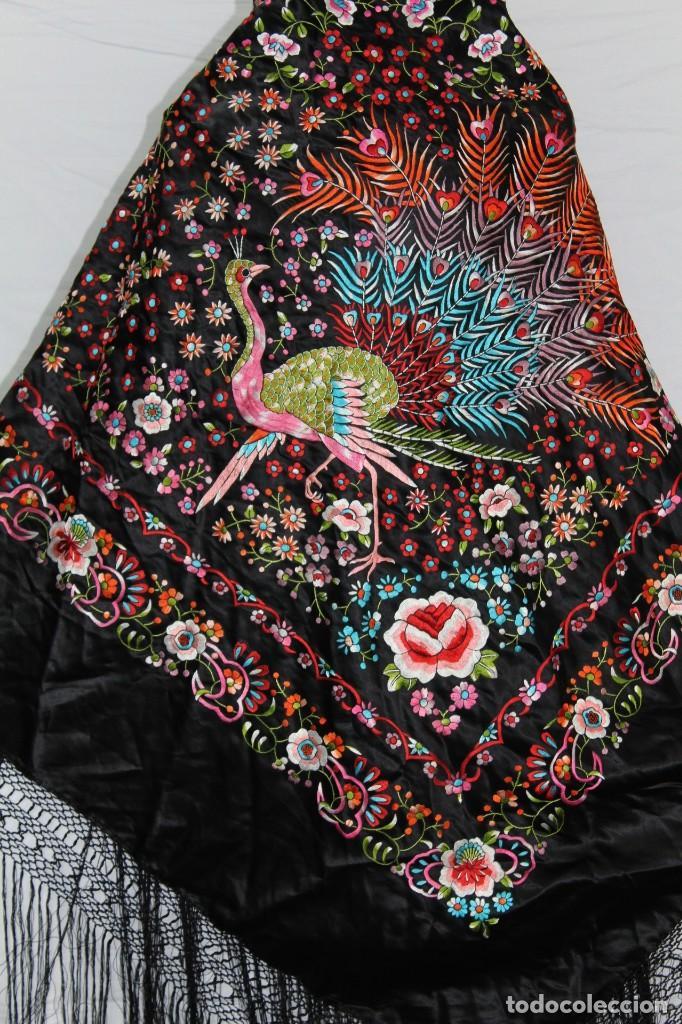 Antigüedades: Mantón antiguo bordado con escena de pavo real, flores, bordado a máquina con gran maestría. - Foto 2 - 152277450