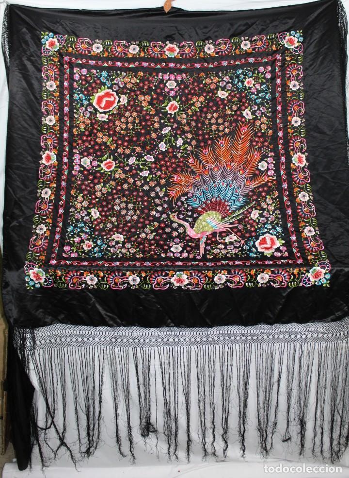 Antigüedades: Mantón antiguo bordado con escena de pavo real, flores, bordado a máquina con gran maestría. - Foto 3 - 152277450