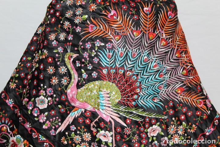 Antigüedades: Mantón antiguo bordado con escena de pavo real, flores, bordado a máquina con gran maestría. - Foto 4 - 152277450