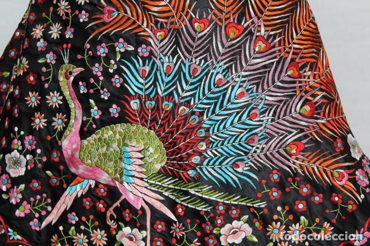 Antigüedades: Mantón antiguo bordado con escena de pavo real, flores, bordado a máquina con gran maestría. - Foto 5 - 152277450