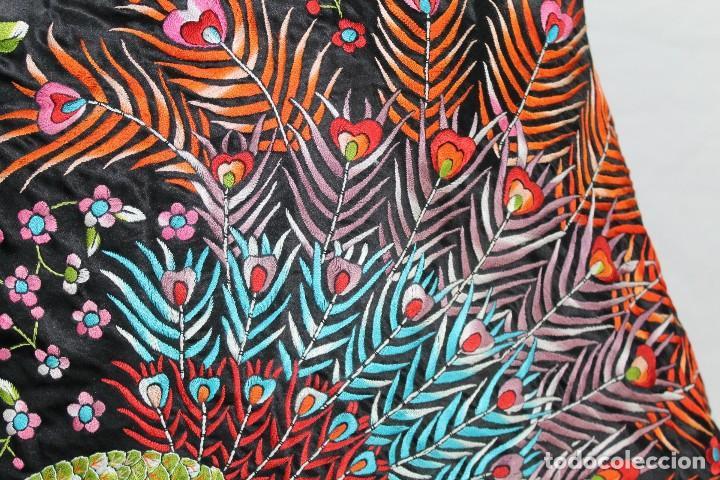 Antigüedades: Mantón antiguo bordado con escena de pavo real, flores, bordado a máquina con gran maestría. - Foto 7 - 152277450